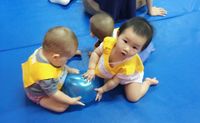 Baby E and Mia caught the balloon