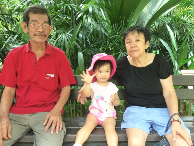 Little E with 公公婆婆 at the zoo