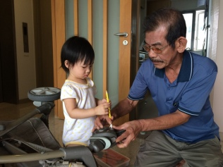 E helping 公公 with tools