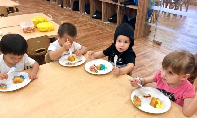 Children eating cake at H3i